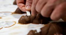 """匈牙利糖果商给巧克力""""戴上口罩"""""""